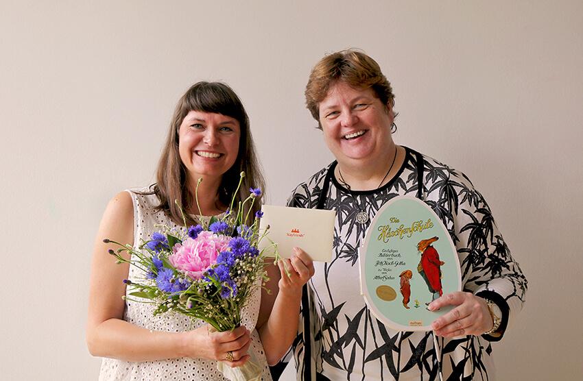 Blumenübergabe, Frau Banos und Frau Kloß