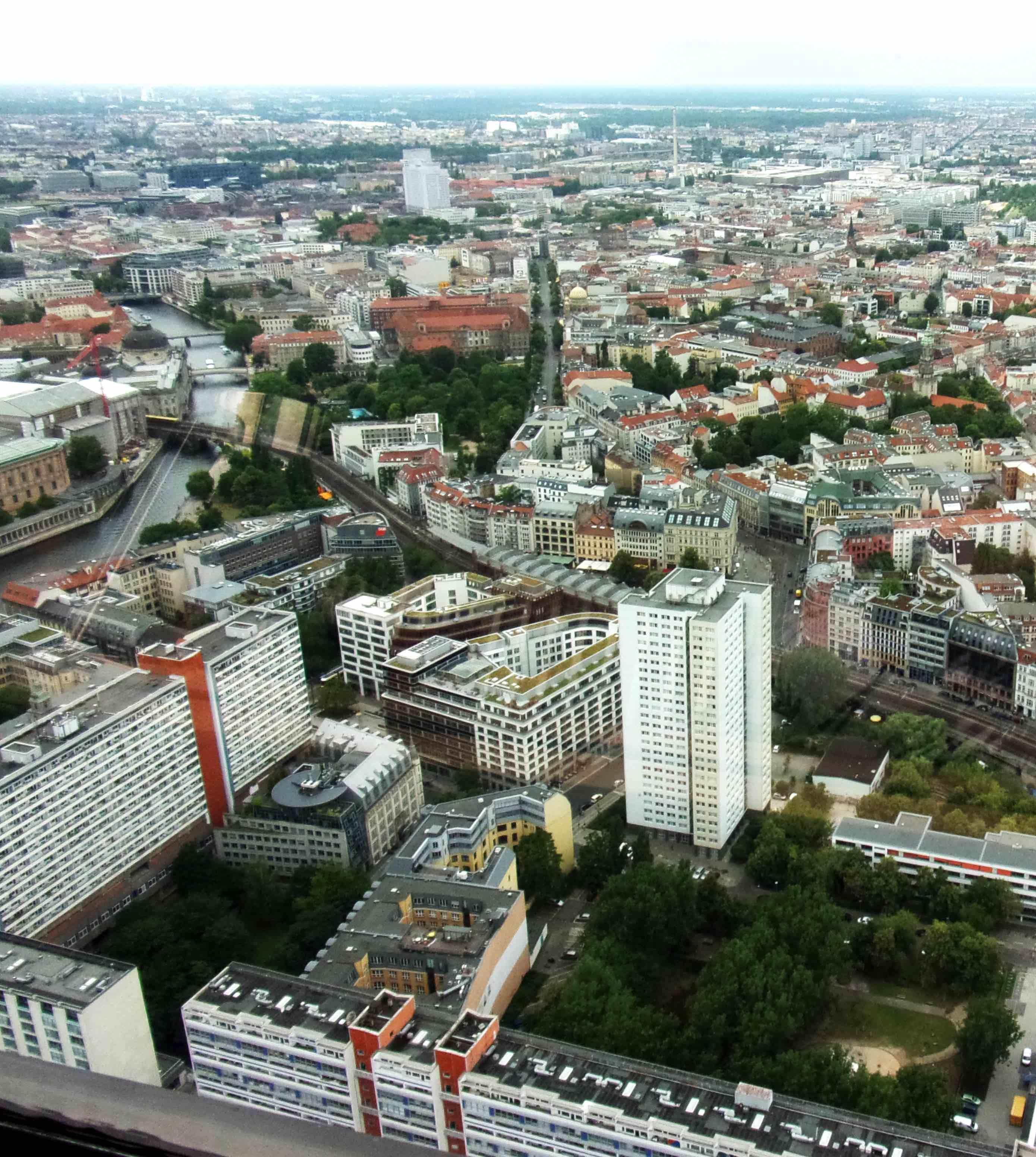 Blick vom Fernsehturm am Alexanderplatz Berlin.
